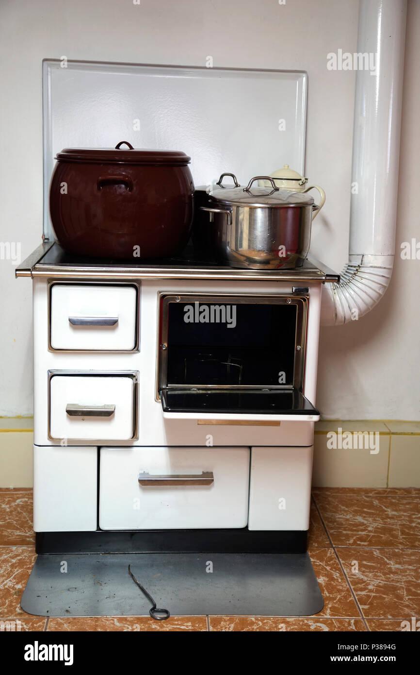 altes holz feuer herd mit t pfen vintage k che stockfoto. Black Bedroom Furniture Sets. Home Design Ideas