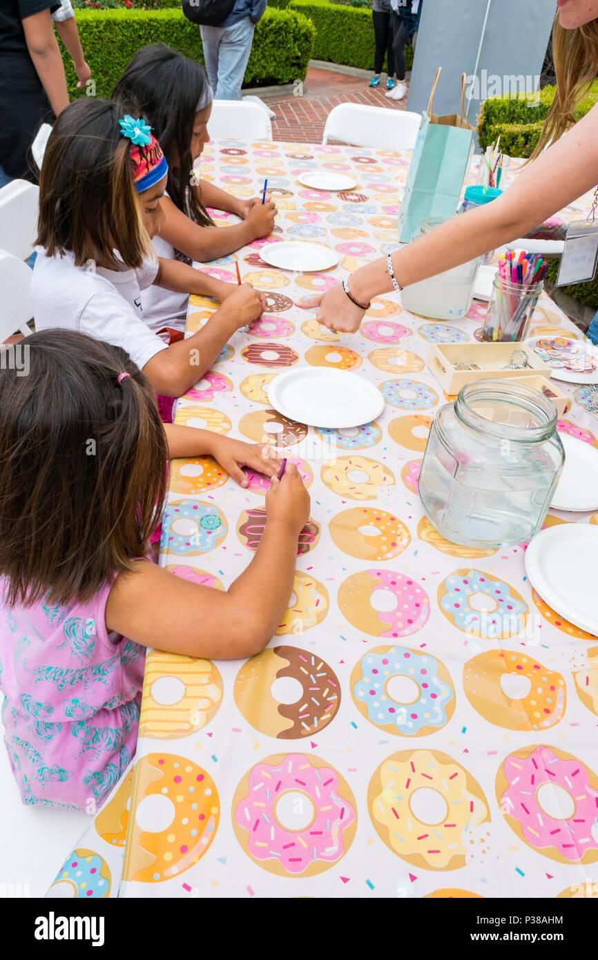 Kinder nehmen im Handwerk Tisch in Downtown Los Angeles Donut Festival Stockbild