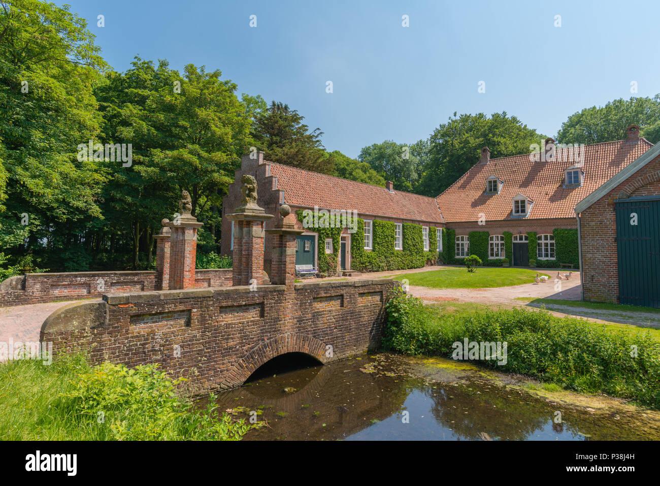 Wasserburg Schloss Preis, dem ehemaligen Sitz eines Ostfriesischen Häuptling, Hinte, Ostfriesland, Niedersachsen, Deutschland Stockbild