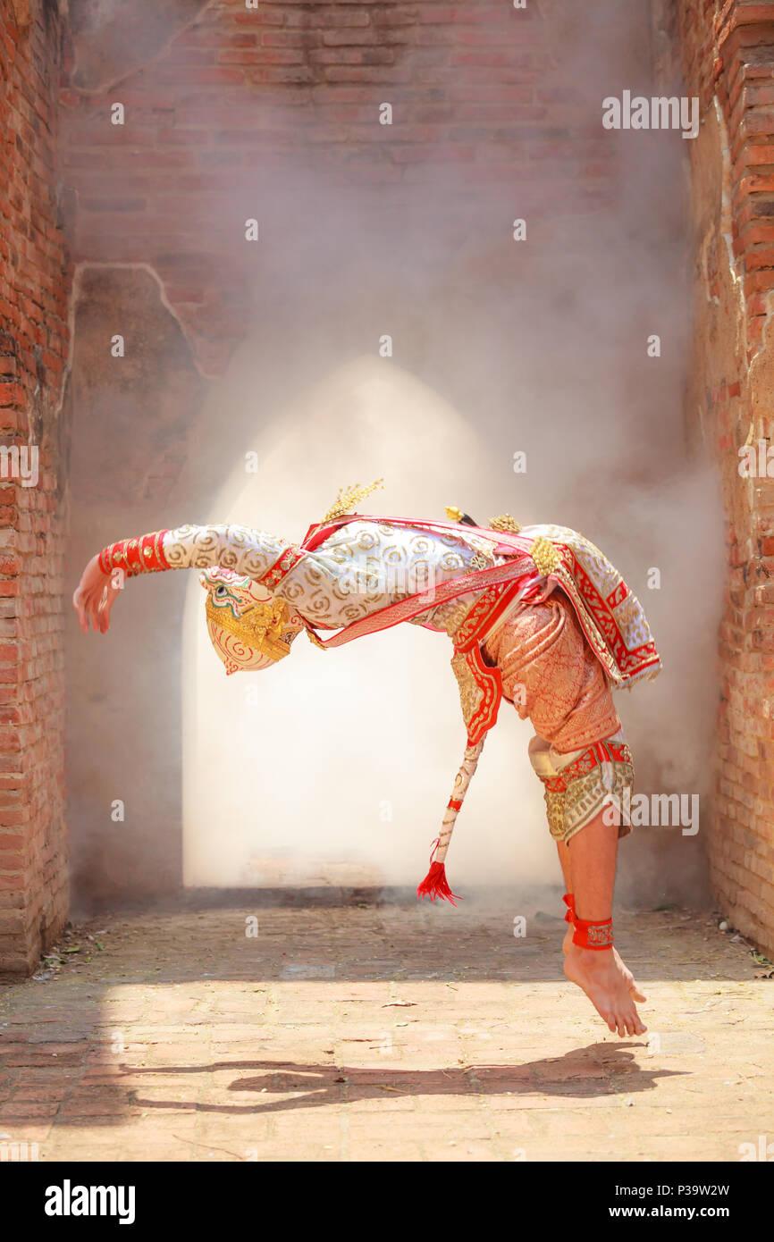 Hanuman (affengott) Saltos in Khon oder traditionelle thailändische Pantomime als kulturelle tanzen Kunst Performance in Masken auf der Basis von Zeichen gekleidet Stockfoto
