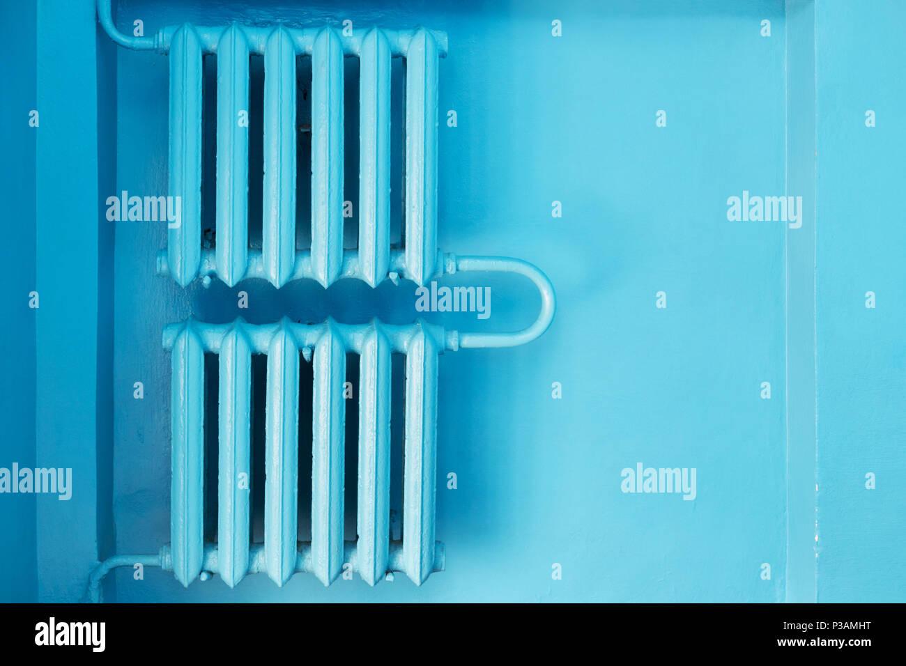 Insgesamt Blau abstrakt Hintergrund mit alte Heizkörper an der Wand ...