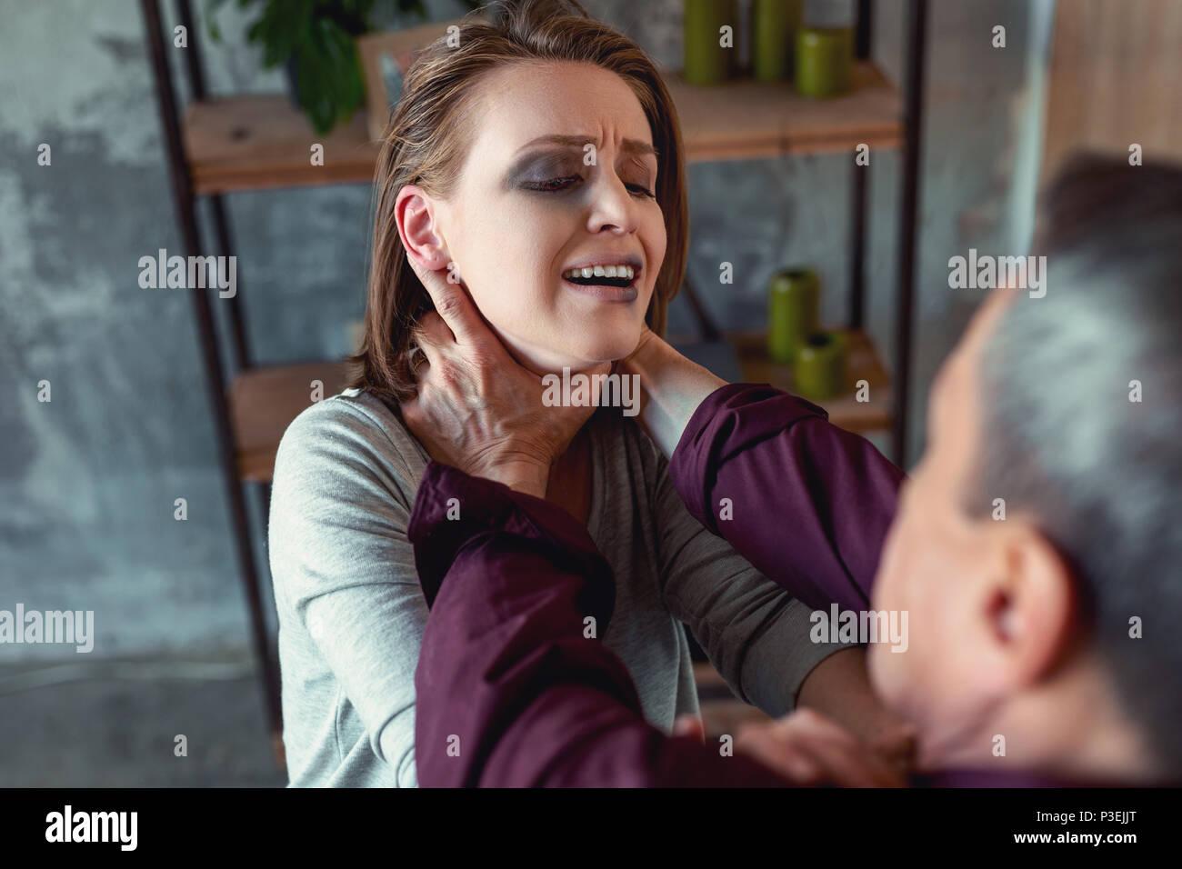 Dunkelhaarige Frau Gefühl schrecklich leiden vom Ehemann Aggression Stockbild