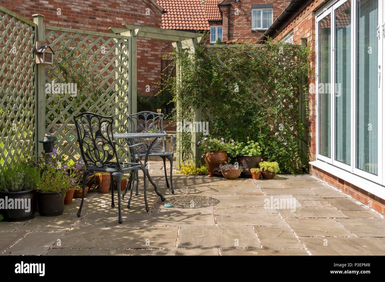 Kleine Inlandische Garten Terrasse Mit Tisch Und Stuhlen