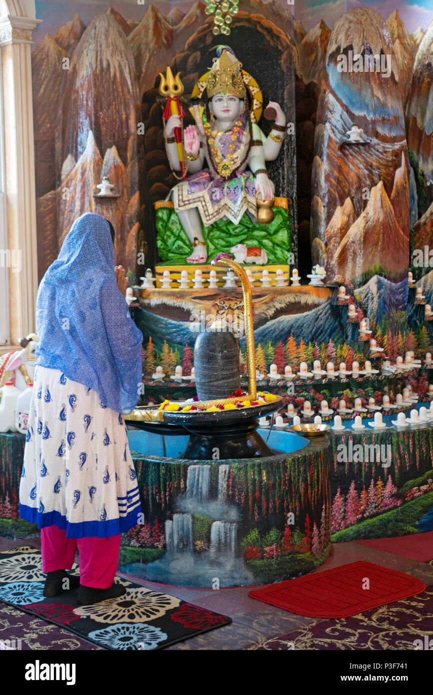 Ein Hindu Anbeter Macht Ein Angebot An Der Gott Shiva In Der Tulsi