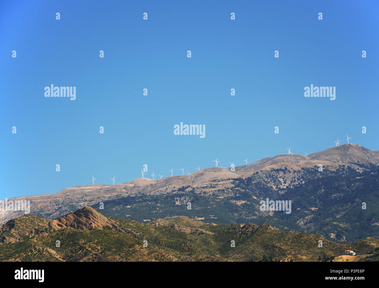 Mountain Linie mit Windkraftanlagen in Griechenland Stockbild
