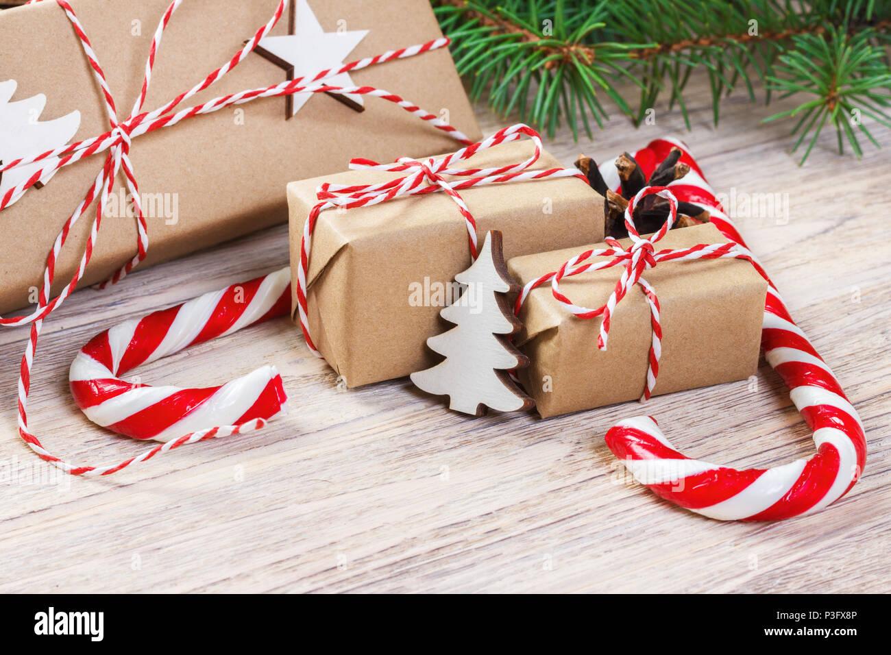Weihnachten Geschenke mit Tannenbaum und dekorativen Kegel ...
