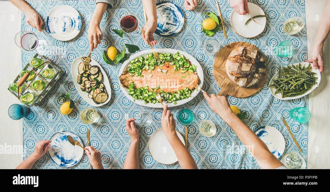 Familie oder Freunde in Meeresfrüchten Sommer Abendessen Stockbild