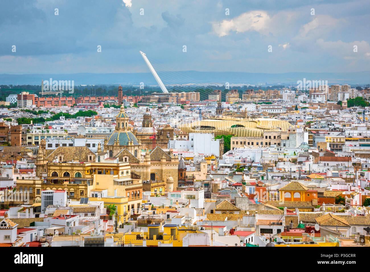 Sevilla Altstadt, luftbild der Altstadt von Sevilla (Sevilla) mit Las Setas und die Puente del Alamillo in der Ferne, Spanien sichtbar. Stockbild