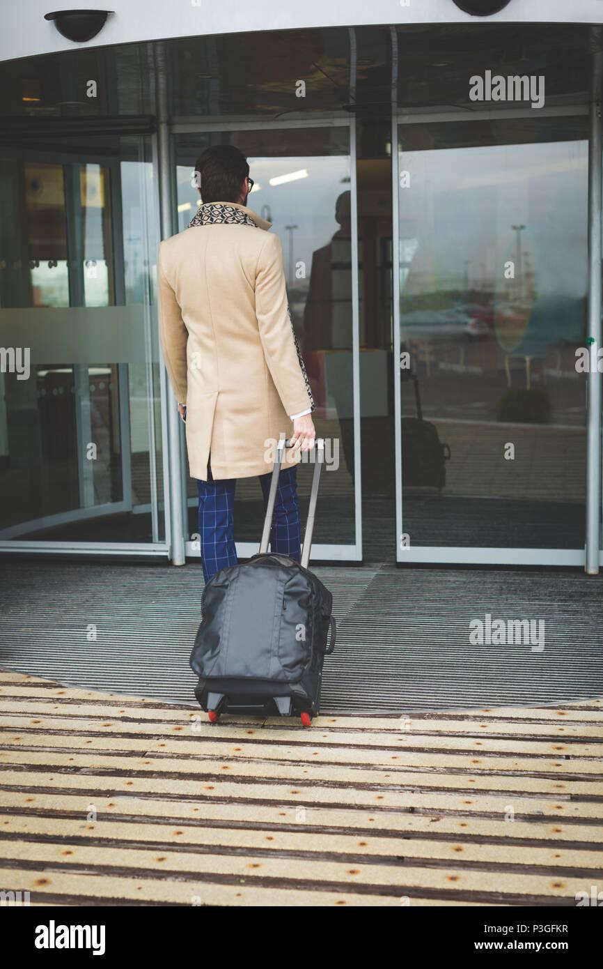 Unternehmer im Hotel ankommen Stockbild