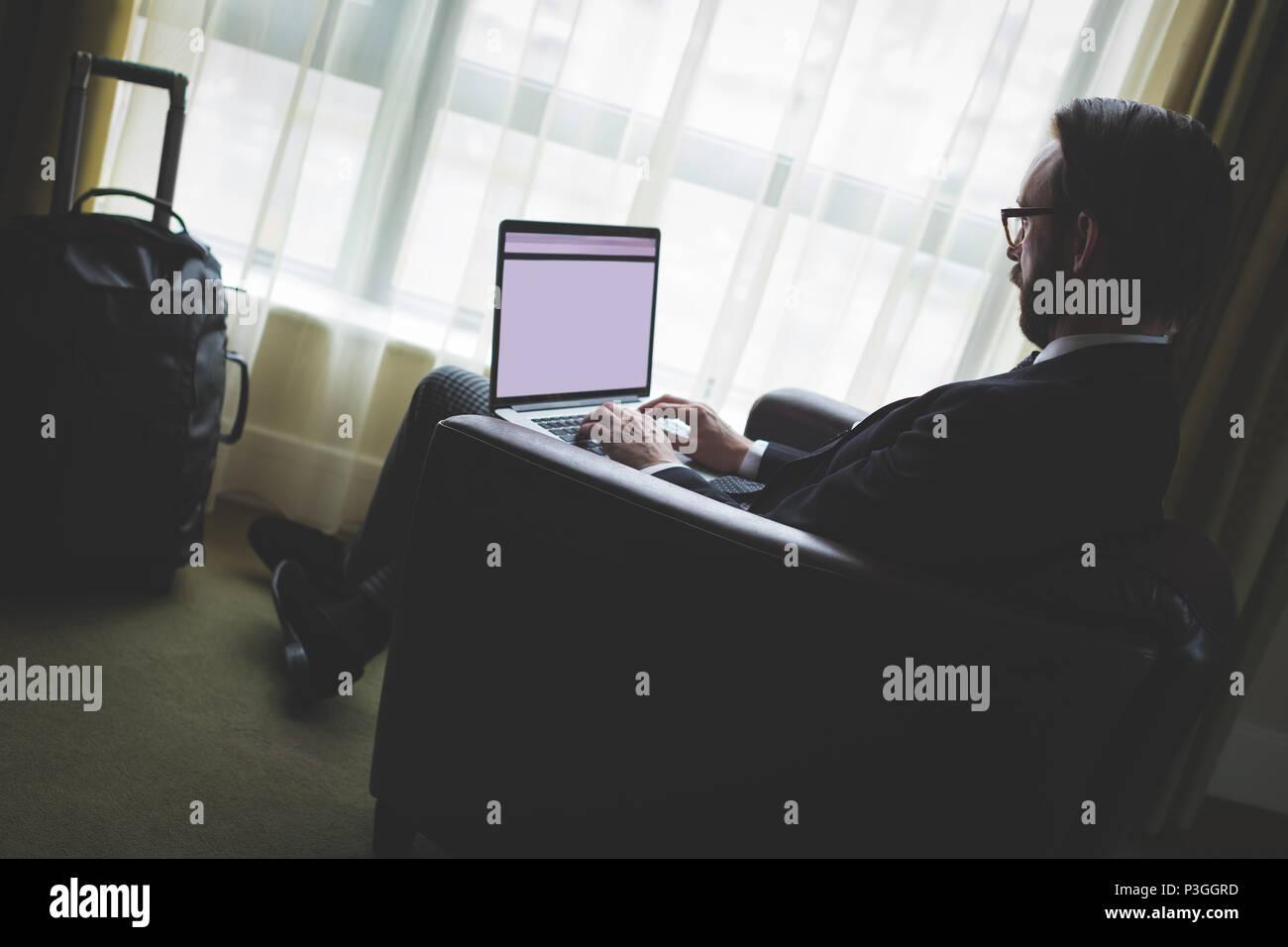 Geschäftsmann mit laptop Stockbild
