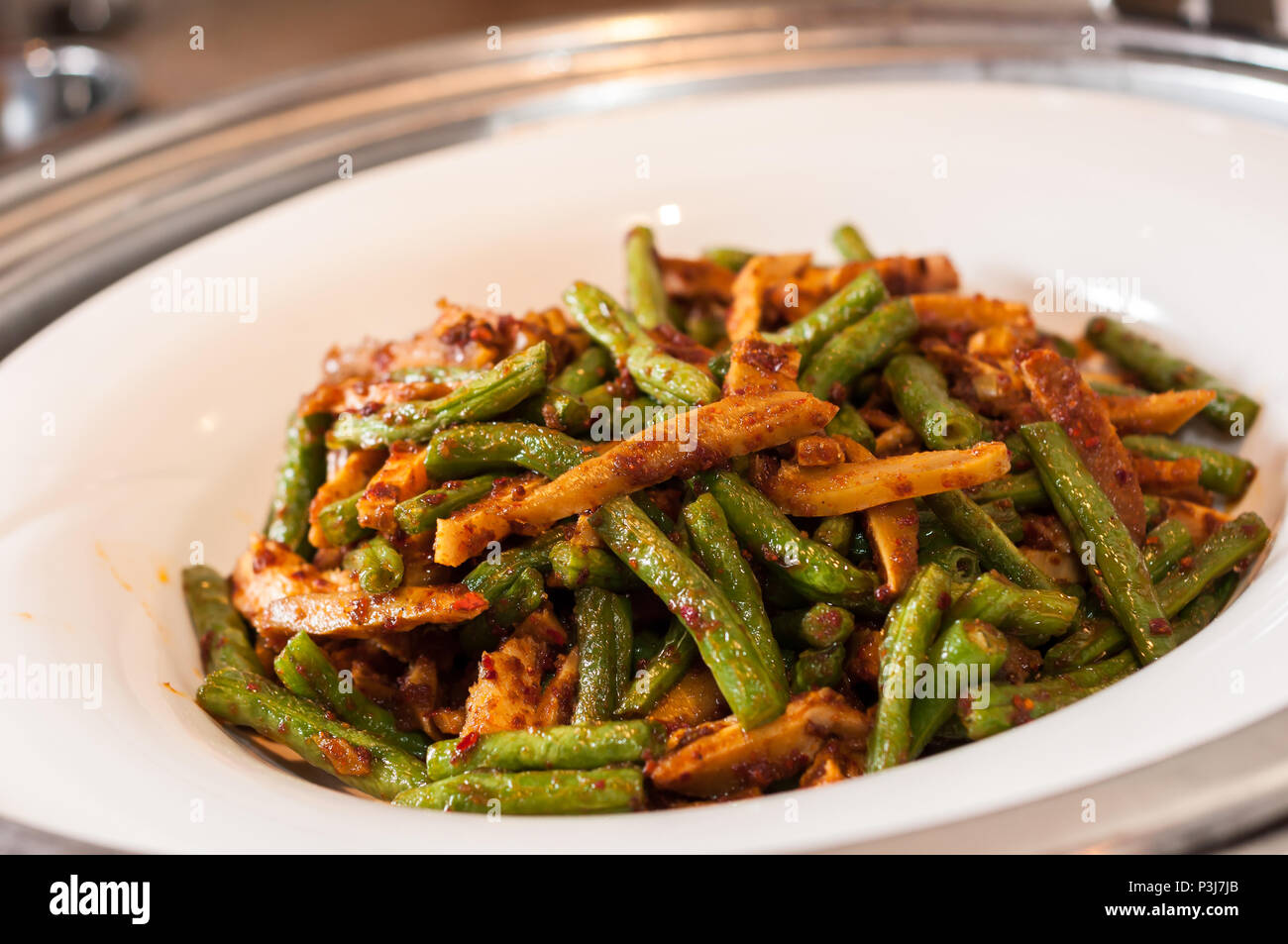 Trocken gebratene grüne Bohnen mit Hackfleisch und Gemüsekonserven ...