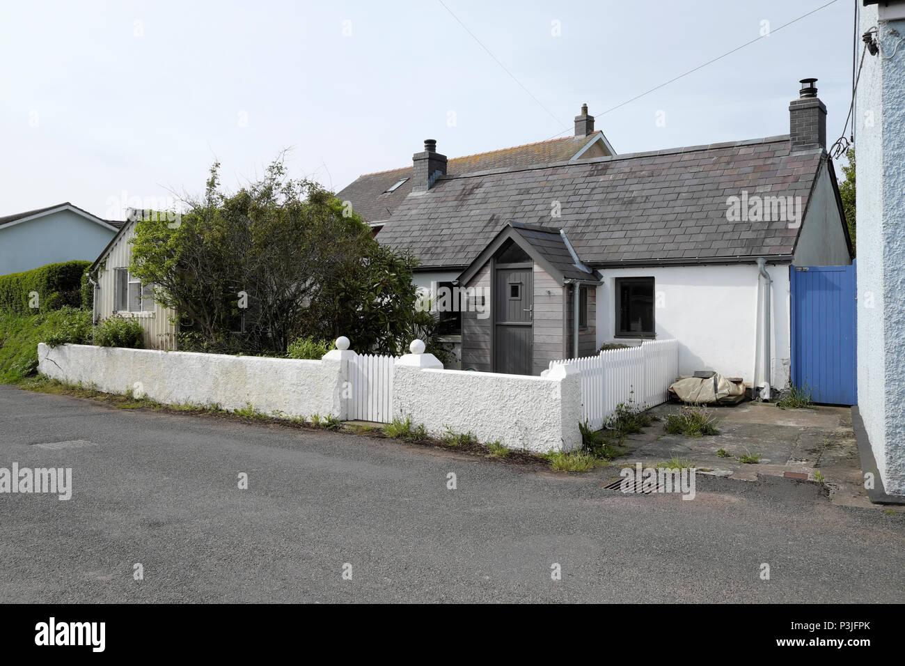 Eine Kleine Modernisierte Haus Mit Einem Weissen Stein Mauer Und Zaun