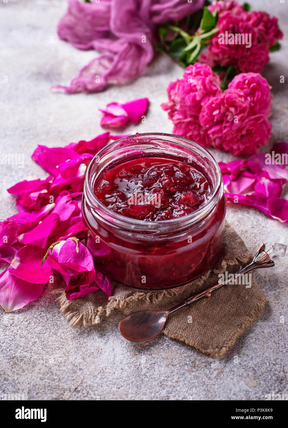 Hausgemachte Marmelade aus Rosenblättern Stockbild