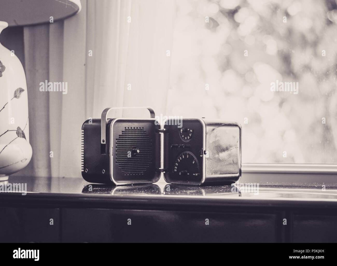 Vintage Radio Im Wohnzimmer In Schwarz Und Weiss Stockfoto