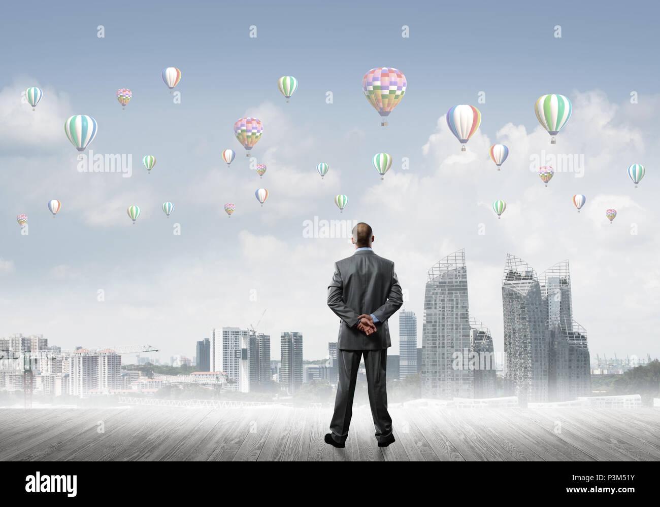 Motivation und Inspiration-Konzept mit modernen Stadtbild und Geschäftsmann beobachtet Stockbild