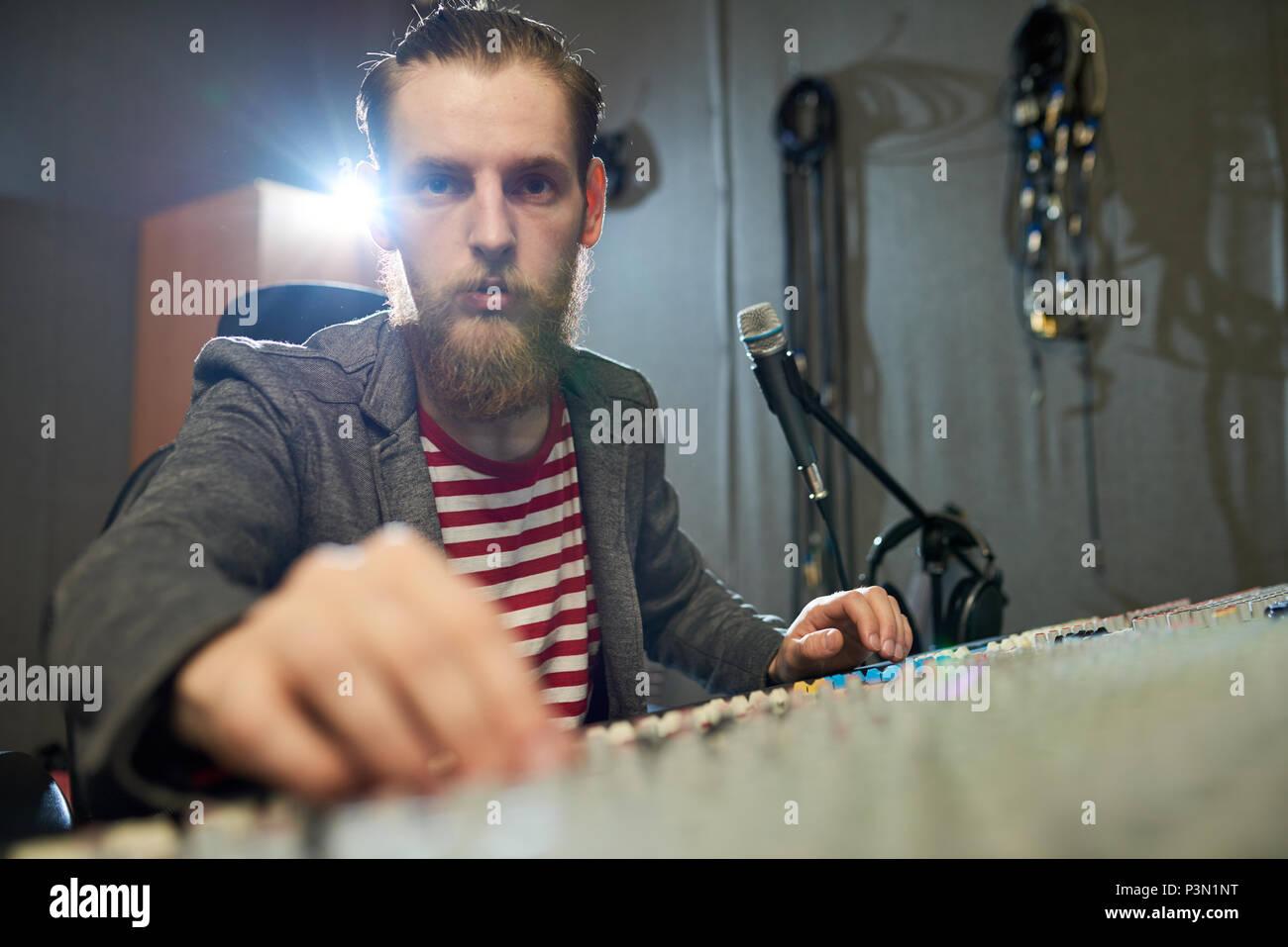 Bärtige Produzent an der Konsole arbeiten im Studio Stockbild