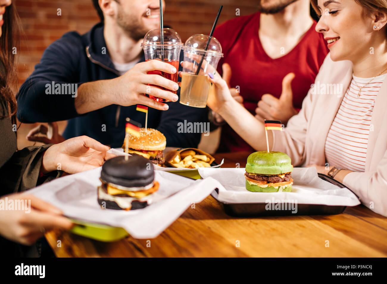Freizeitaktivitäten, Feier, Fast Food Konsum, Menschen und Feiertage Konzept. Stockbild