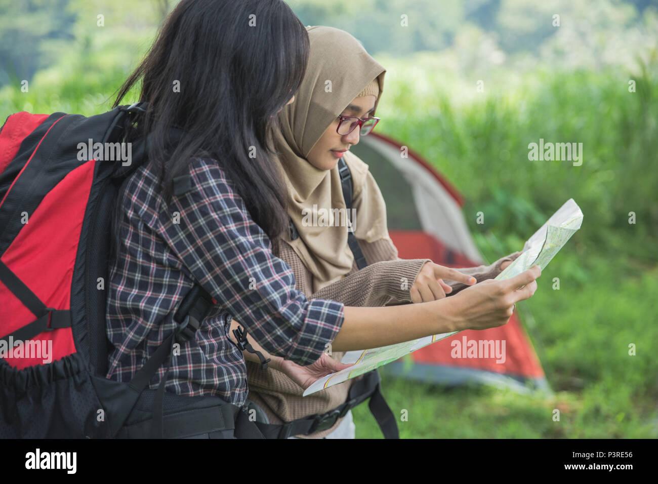 Freunde wandern im Freien im Sommer über Karte Stockbild