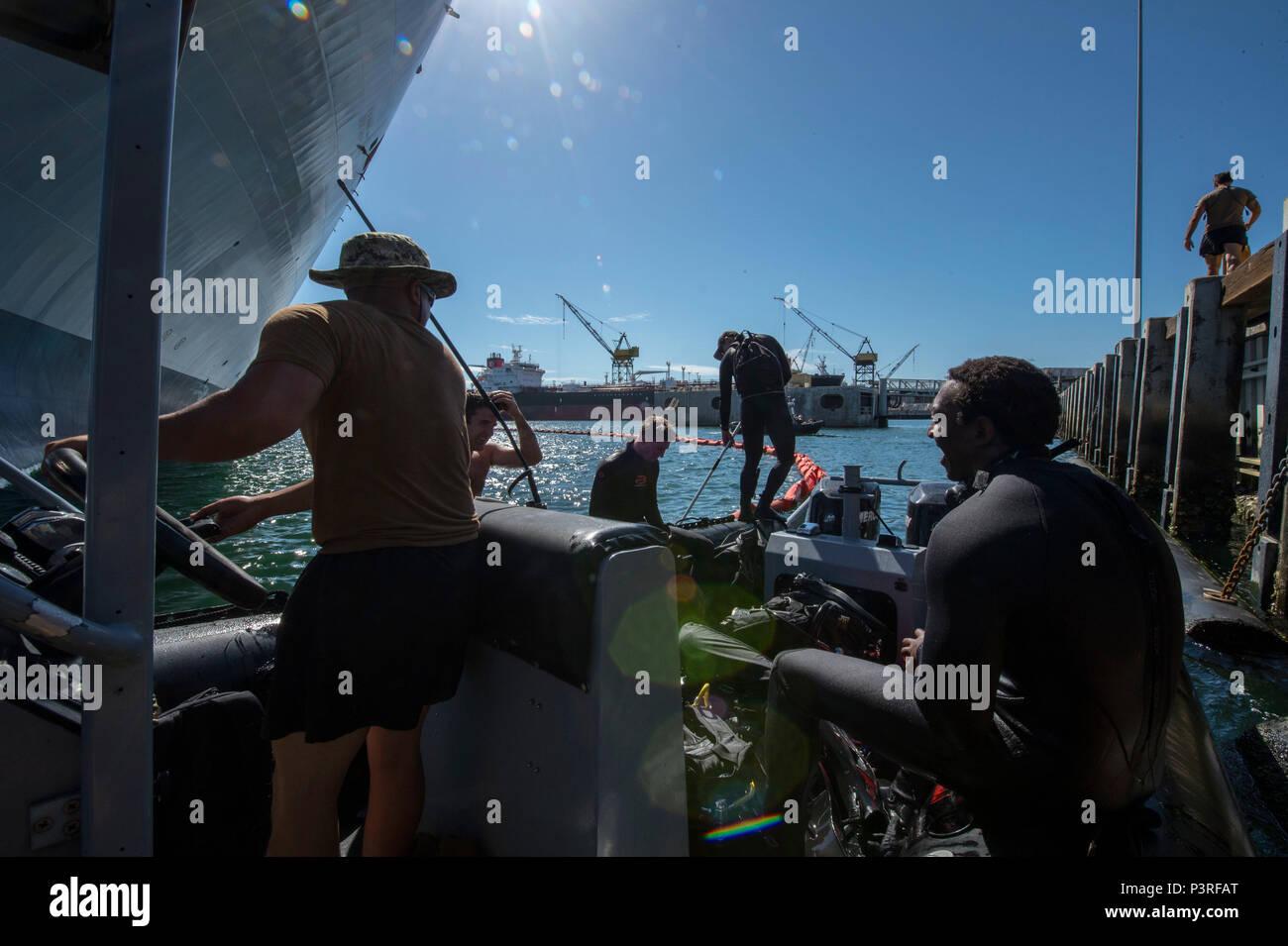 160720-N-DJ 750-135 SAN DIEGO (20 Juli 2016) - Die Naval Oberfläche und Mine Warfighting's Development Center Commander, Task Unit 177.2.1 die Beseitigung von Explosivstoffen Techniker eine Suche für simulierte Sprengstoffe für militärische Sealift Command große, mittlere Geschwindigkeit Roll on/Roll off-ship USNS Bob Hope (T-AKR-300) während der südlichen Kalifornien Teil des Pacific Rim 2016. 26 Nationen, mehr als 40 Schiffe und u-Boote, mehr als 200 Flugzeugen und 25.000 Mitarbeiter an Rimpac vom 30. Juni bis 4. August, in und um die hawaiischen Inseln und Südkalifornien. Die Stockfoto