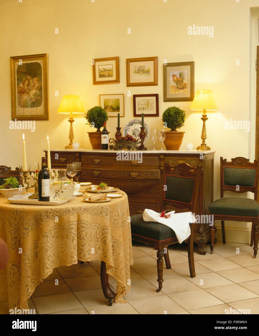 Gelbe Spitze Lappen Fur Das Abendessen Im Esszimmer Mit Brennenden