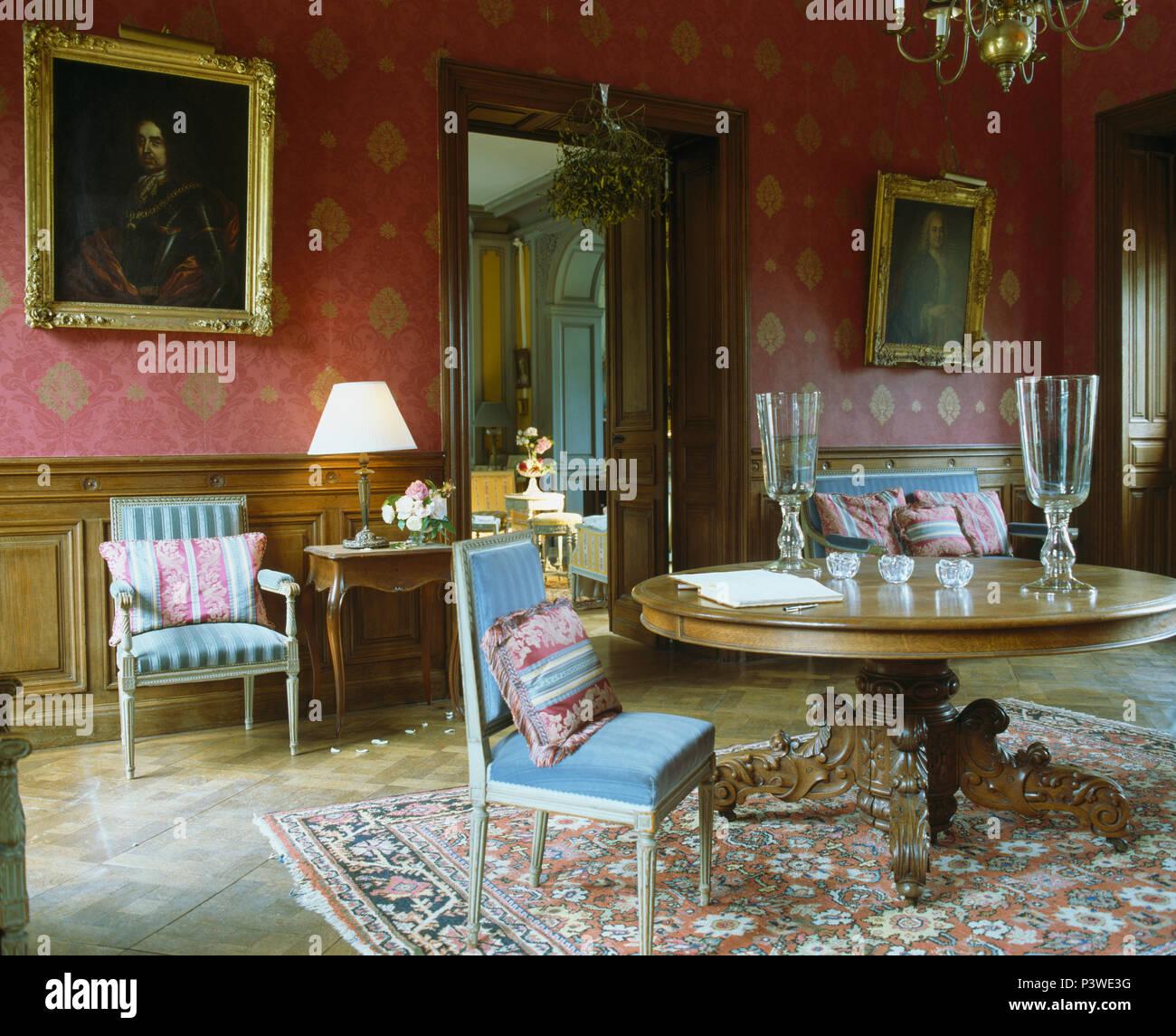 Blaue Polsterstuhle An Antiken Runder Tisch Im Franzosischen