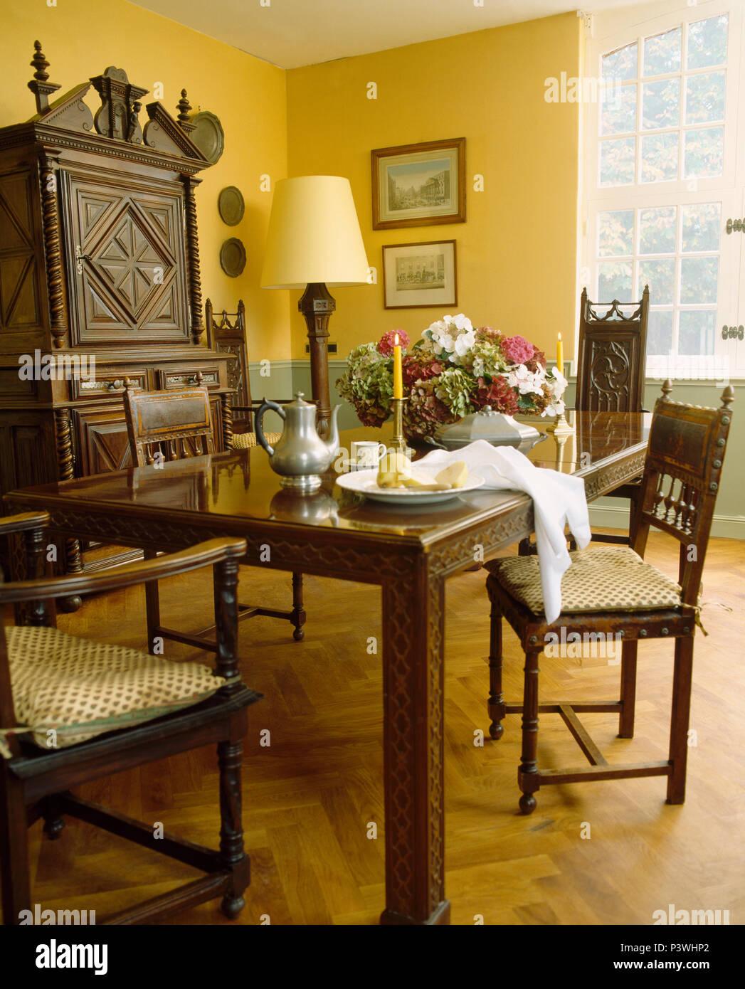 Zinn Kaffeekanne auf dunklem Holz Tisch mit passenden Stühlen im ...
