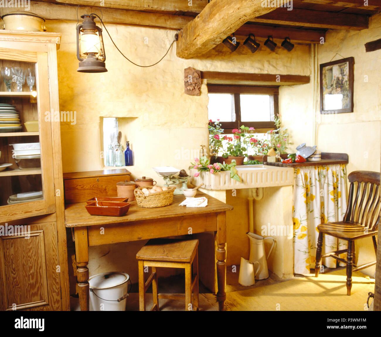 Steingut Waschbecken in kleinen cottsage Küche mit alten Kiefer ...