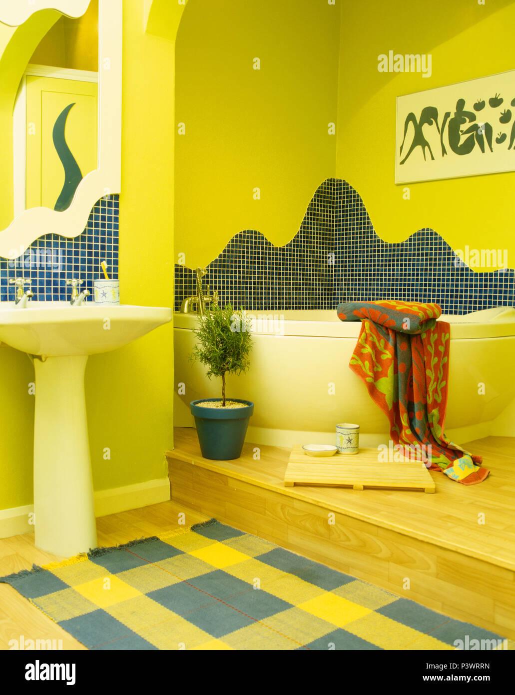 Mosaikfliesen Oben Eckbadewanne In Gelb Auf 2 Ebenen Badezimmer Mit