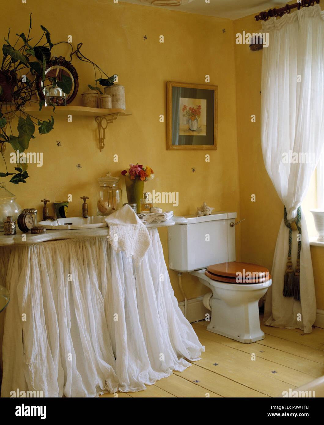 Weißen musselin Vorhänge belo Becken in gelb Bad mit weißem ...