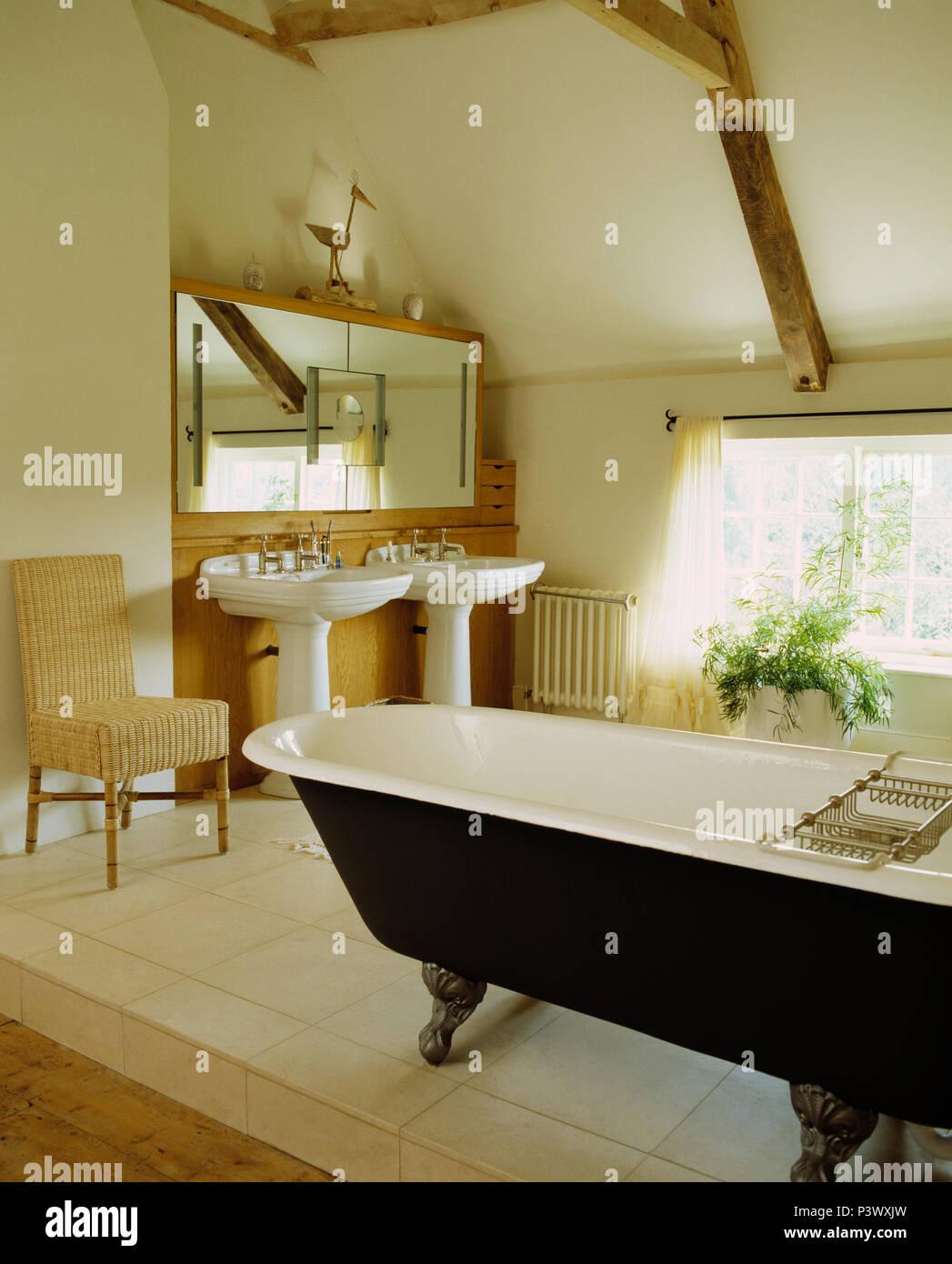 Doppel Sockel Becken unter Spiegel im Badezimmer mit ...