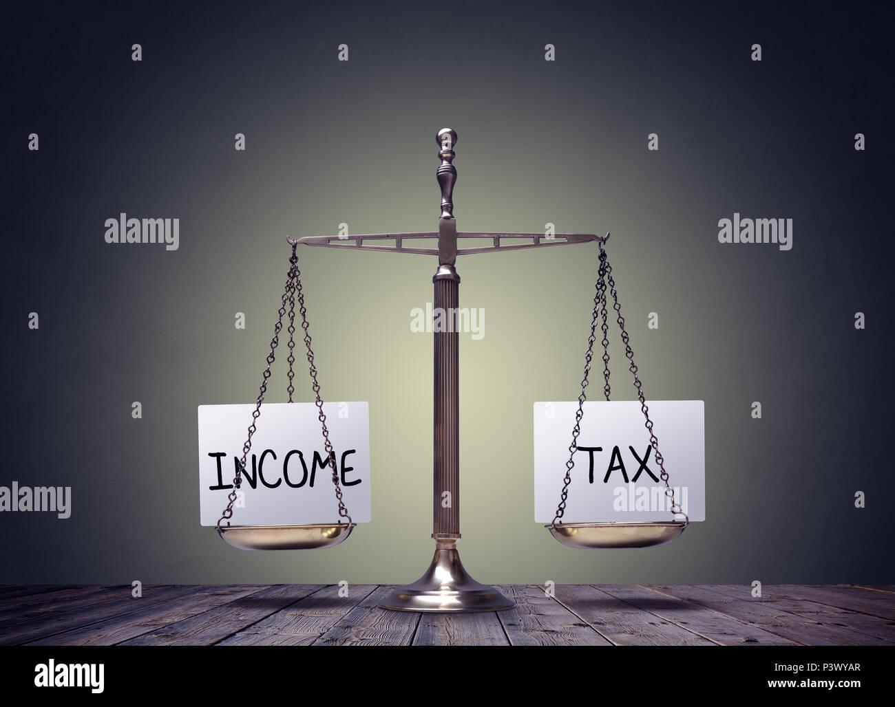 Einkommensteuer balance Finanzen Bücher Waagen Konzept Stockfoto