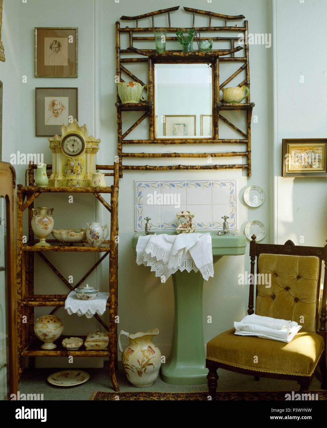 Sammlung von Edwardian China auf vintage Bambus Regal im Badezimmer ...