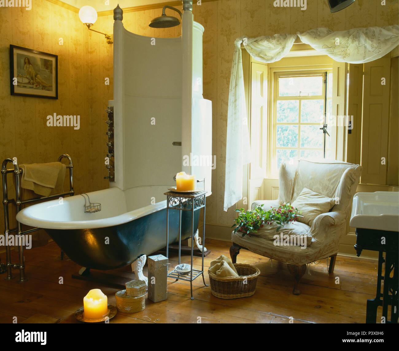 Vintage Edwardian freistehende Badewanne mit integrierter Dusche in ...