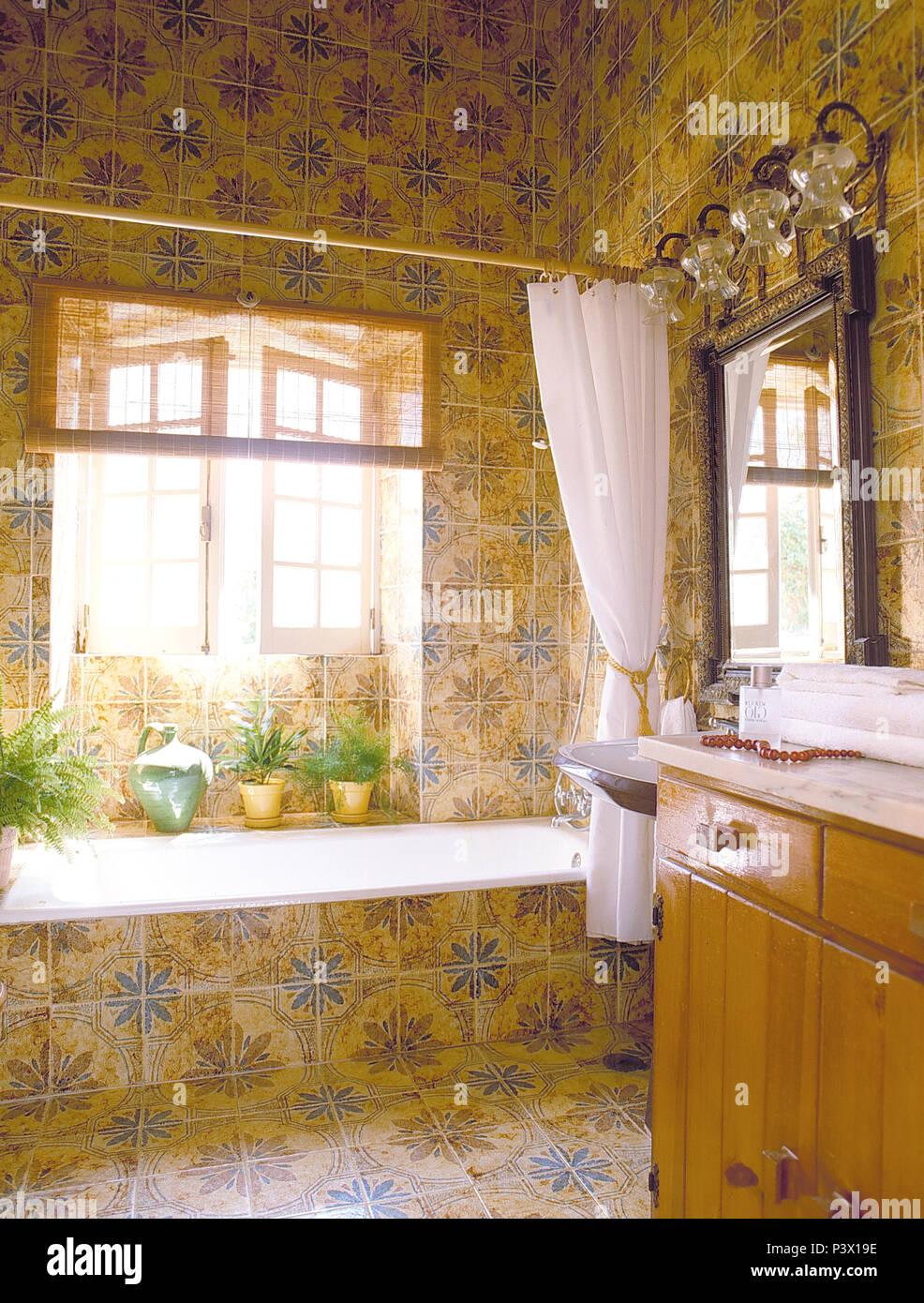duschvorhange fur badewannen textil, weißen duschvorhang auf badewanne in blau + gelb gefliesten bad mit, Innenarchitektur