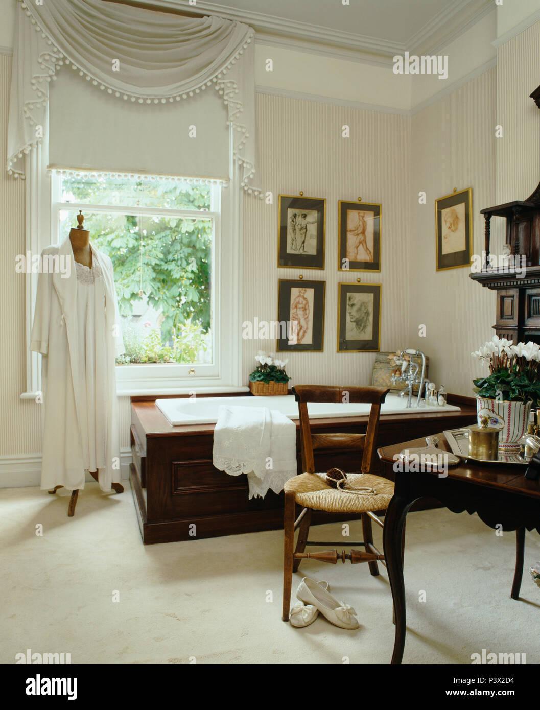 Drapierte weisse Gewebe und weißen Vorhang am Fenster im Bad ...