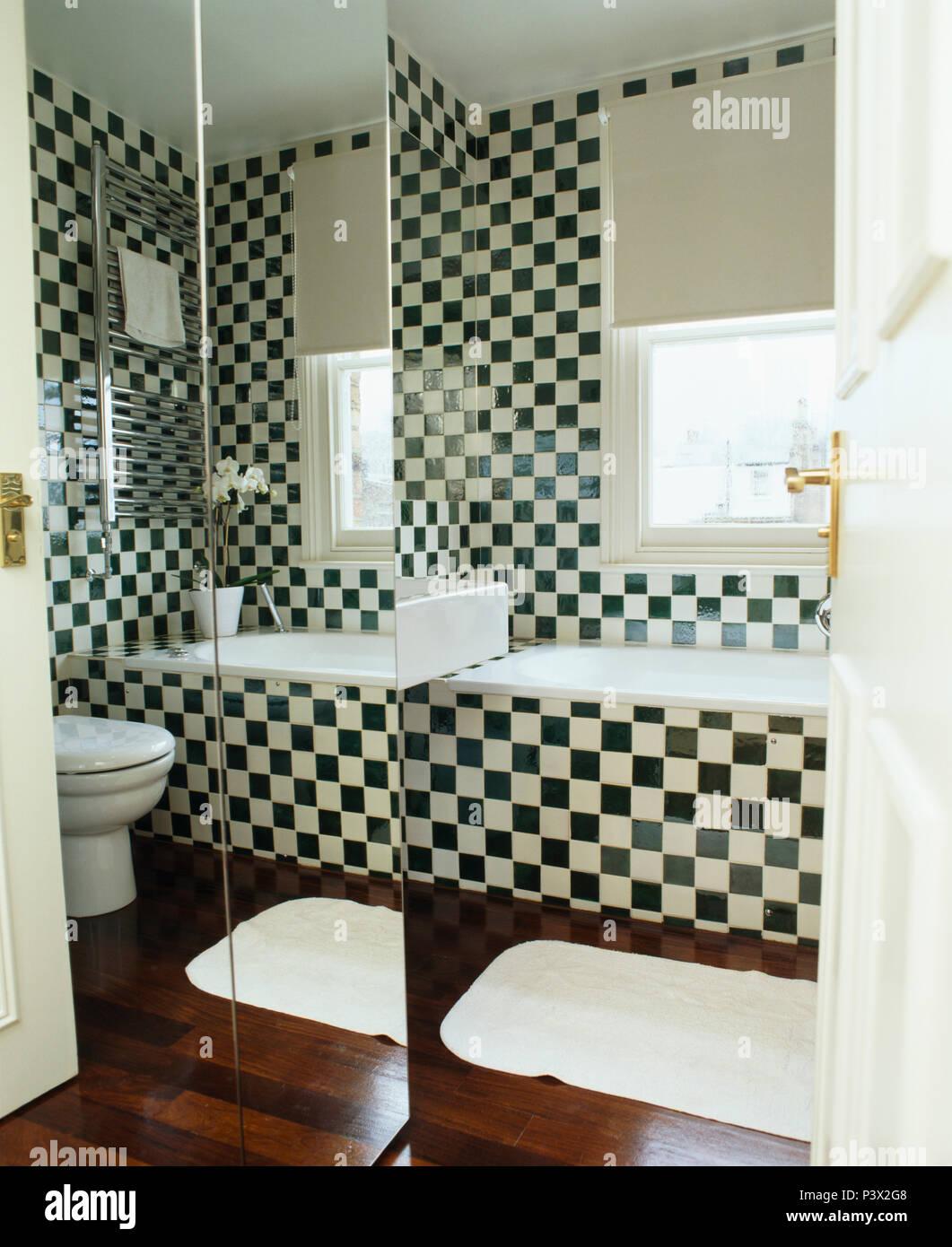 Verspiegelte Wand Im Modernen Bad Mit Schwarz + Weiß Checkrboard Fliesen