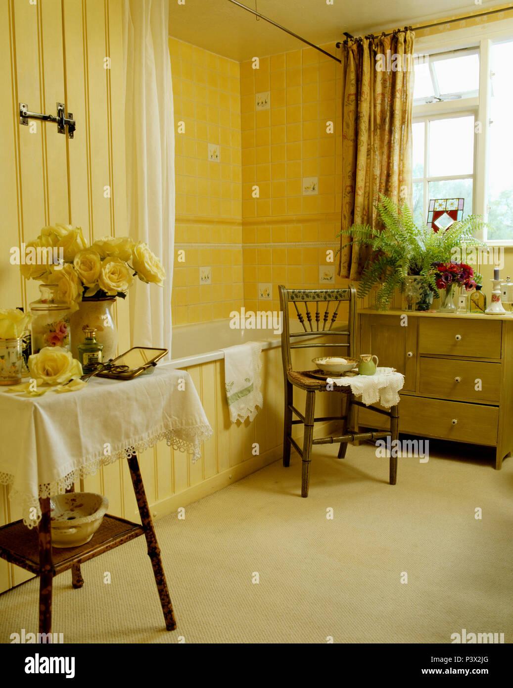 Antiker Stuhl Und Bambus Tisch Mit Einem Weissen Tuch In Gelben