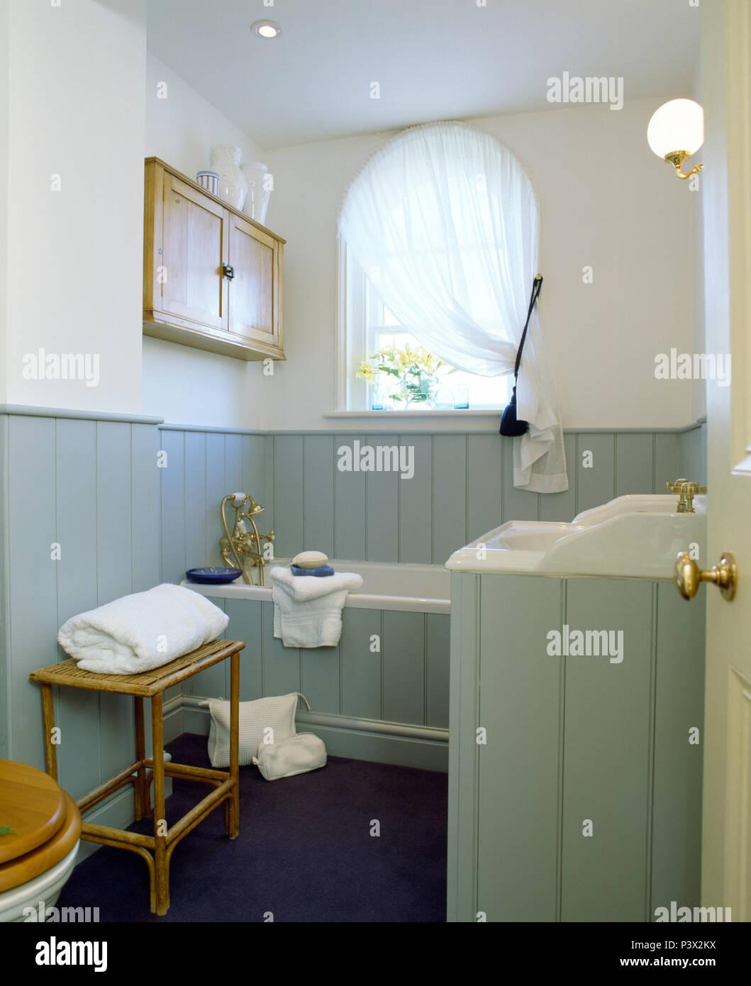 Hellblau Grau Zunge Nut Verkleidung In Kleinen Landes Badezimmer