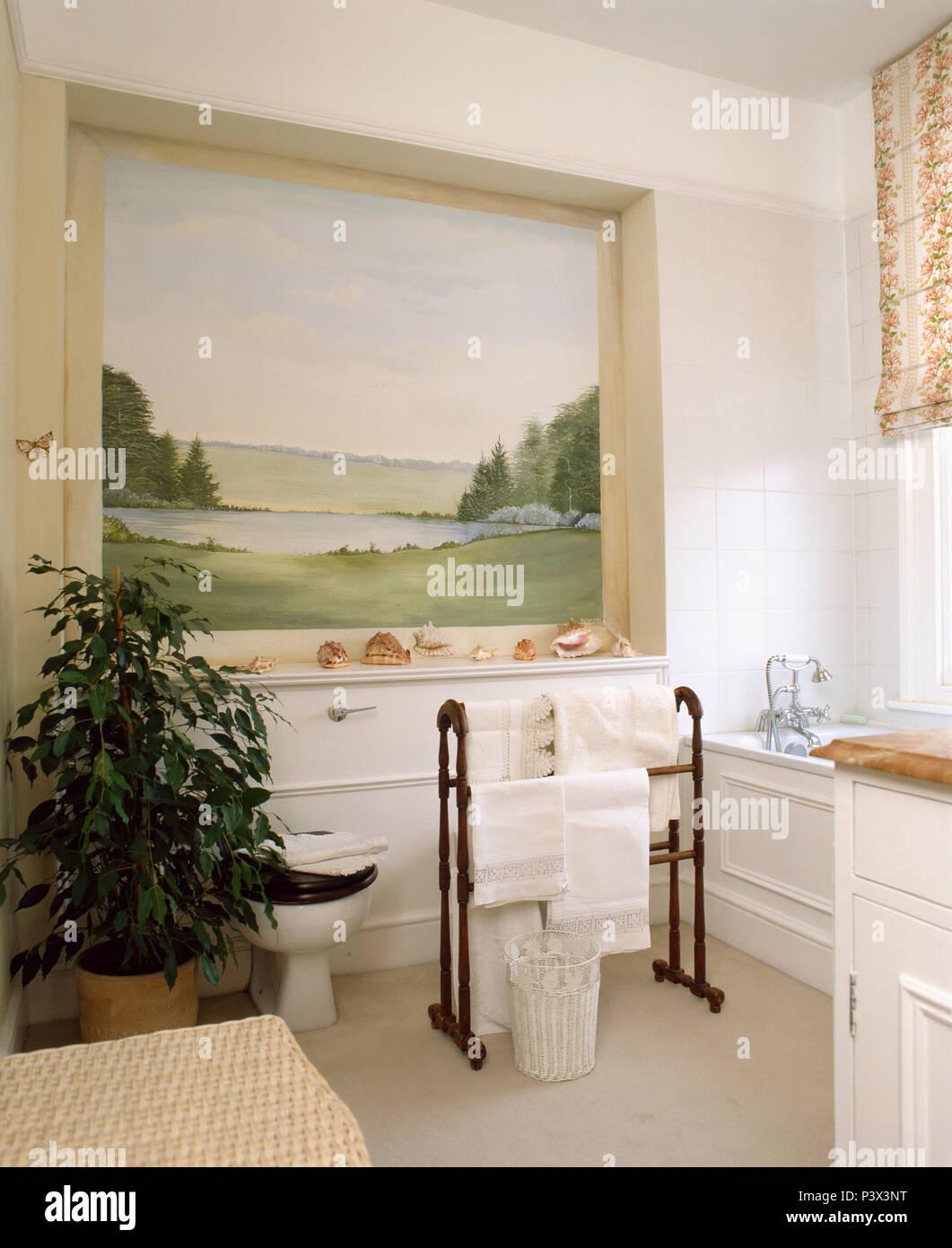 Große Landschaft Wandbild in der Nische über Badewanne im Badezimmer ...