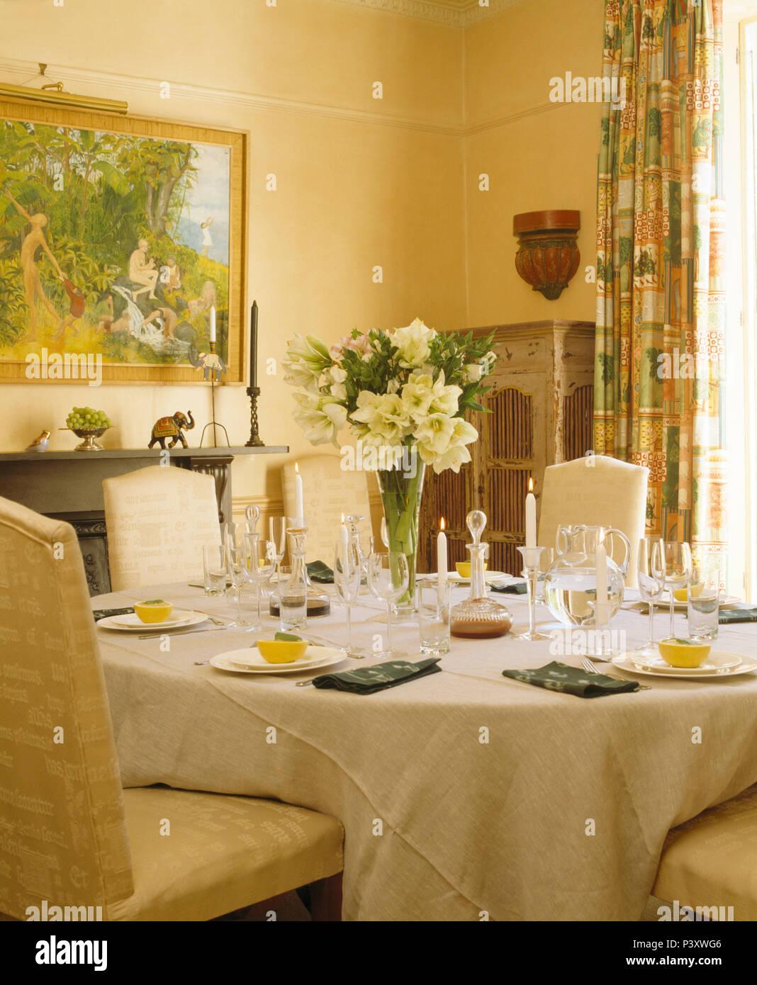 Vase Mit Creme Blumen Auf Den Tisch Fur Das Mittagessen Mit Leinen