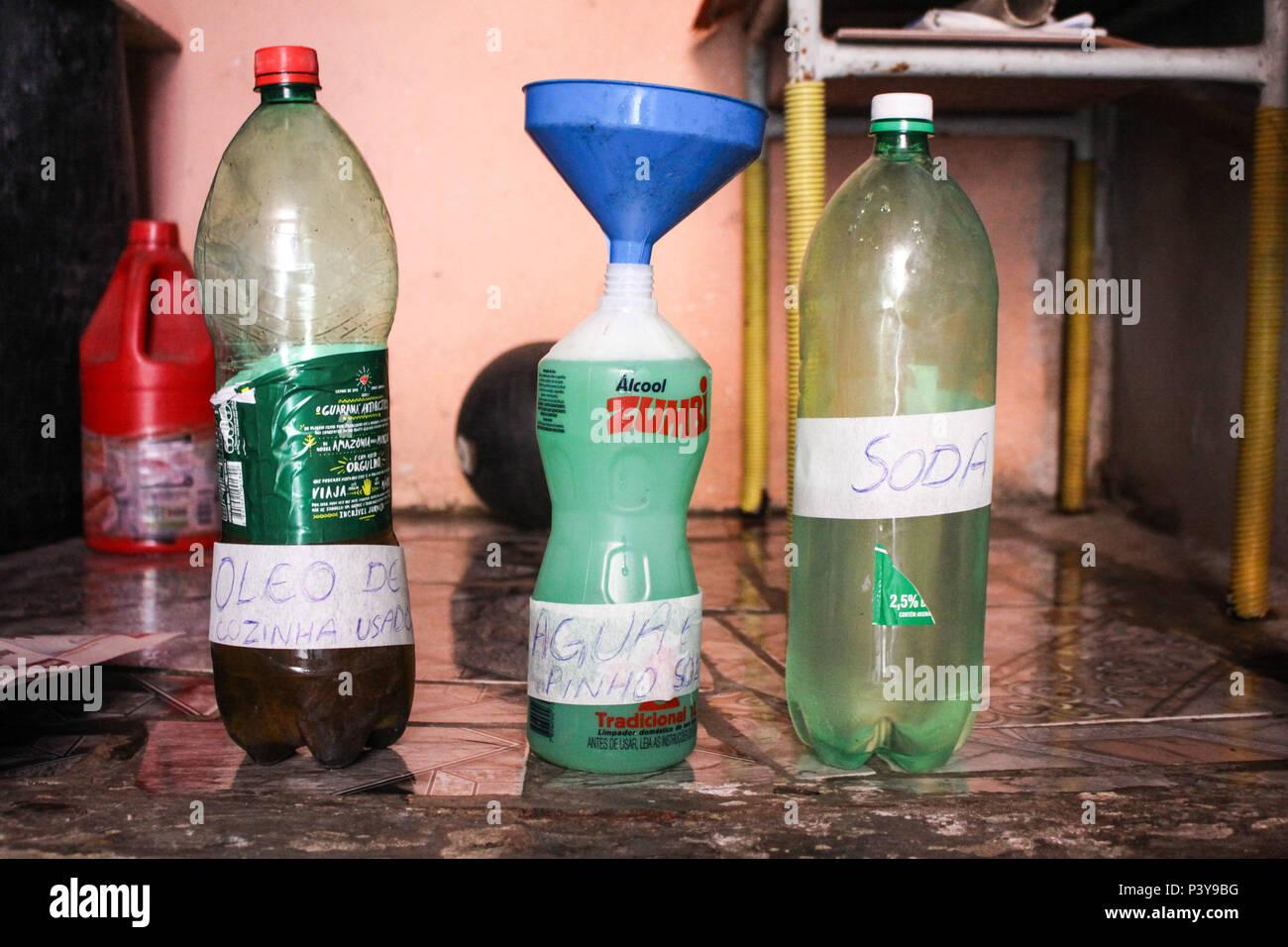 Caseira Produção de sabão a partir de óleo usado. Stockfoto
