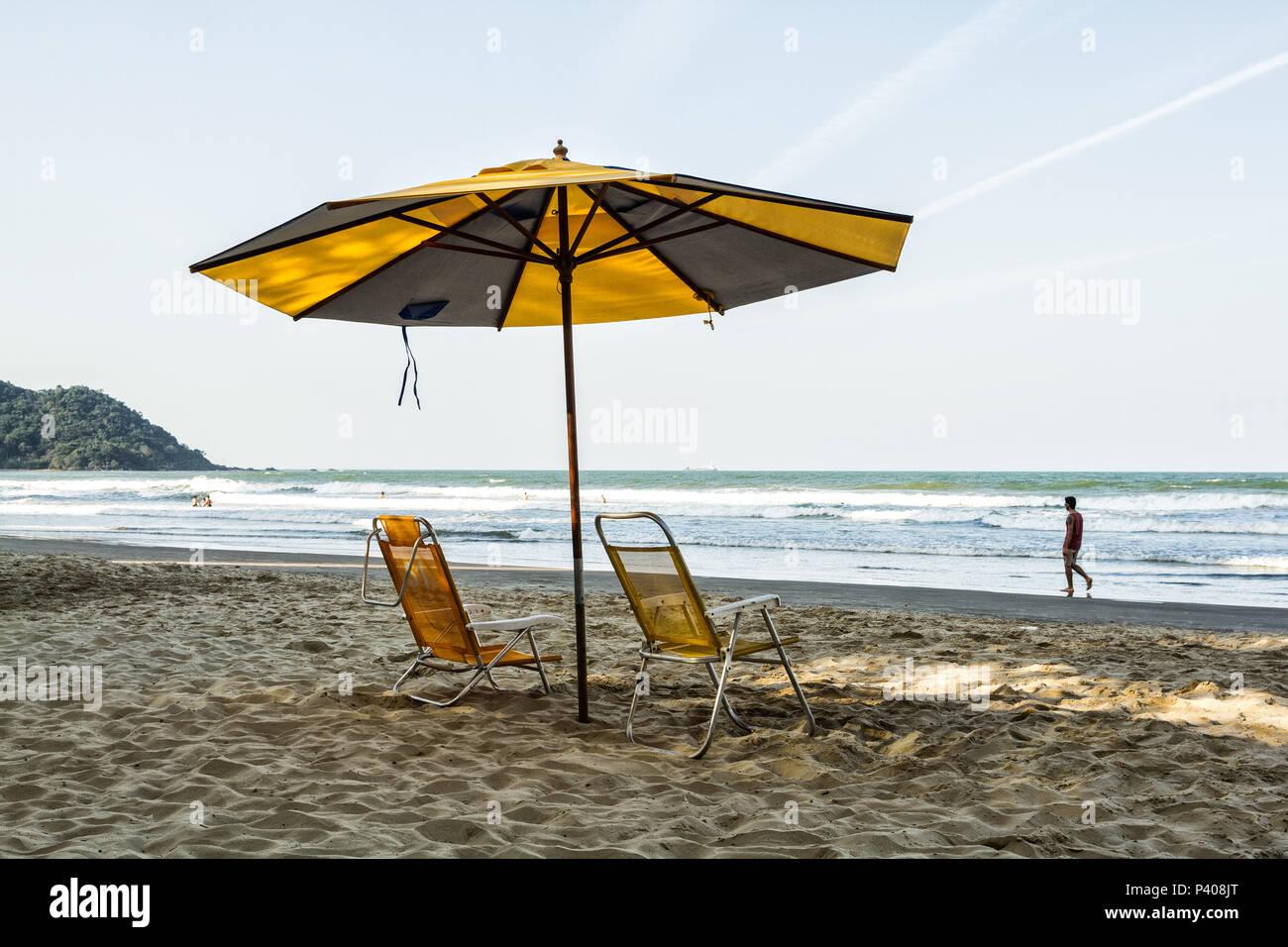 Cadeiras de praia e Guarda sol na Praia Central. Balneário Camboriú, Santa  Catarina, Brasilien. b940174e0e