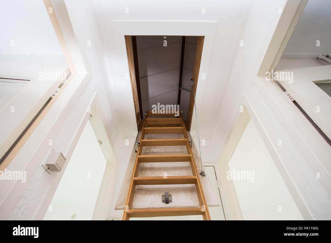 Gut gemocht Hölzerne Treppe zum Dachgeschoss in einem modernen Haus Stockfoto ED42