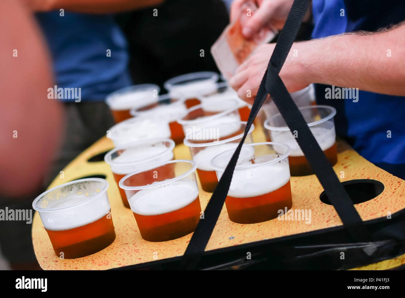 Nahaufnahme des Verkäufers mit der Gruppe der Biere vom Fass. Stockfoto