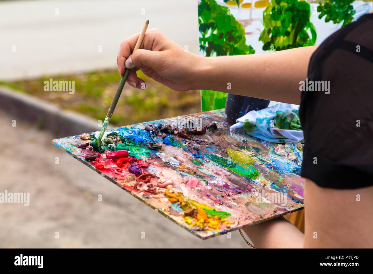 Ein Close Up Künstler Malt Auf Der Leinwand Eine Urbane Landschaft