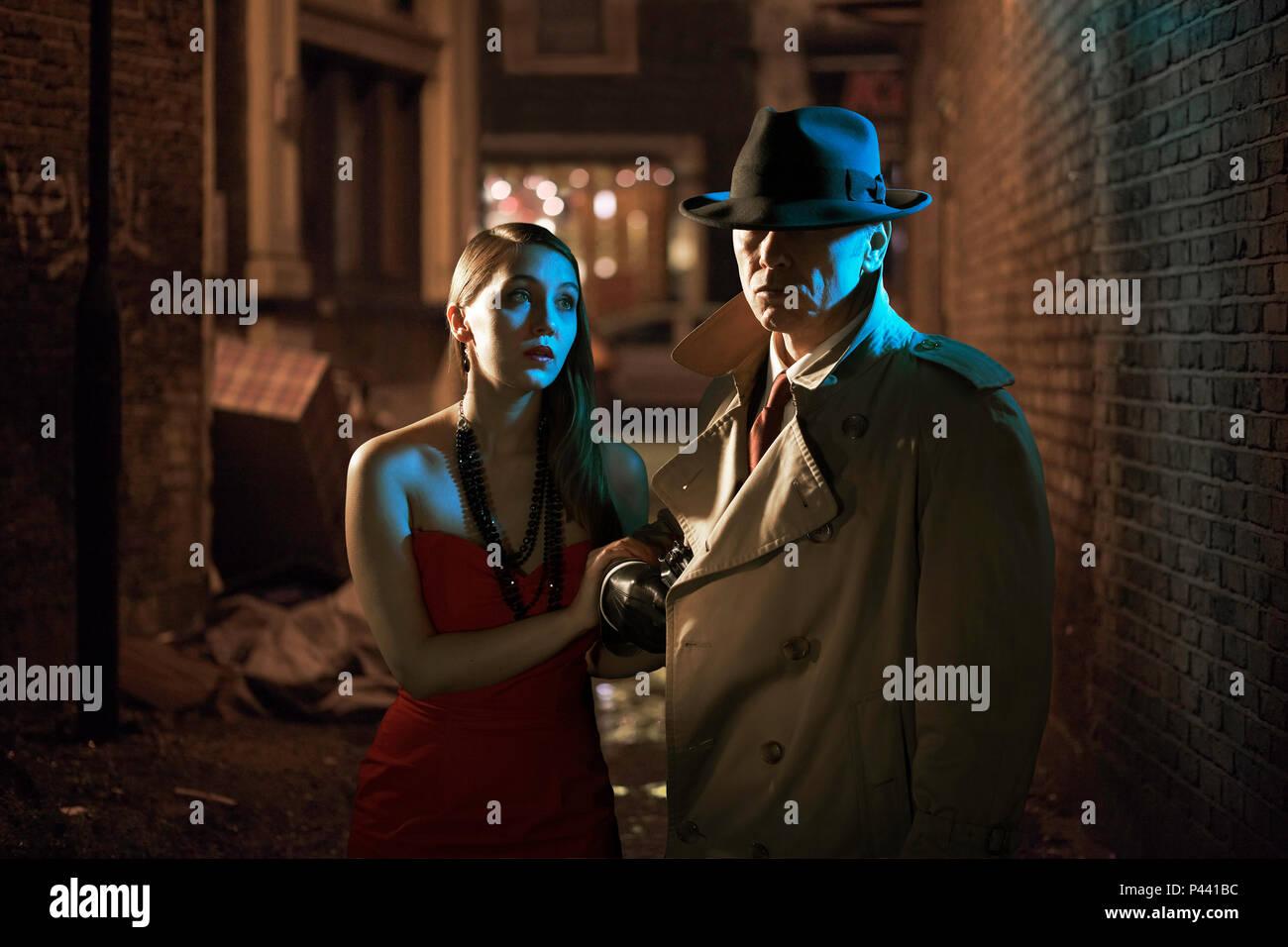 Privatdetektiv und Frau in einer Gasse Stockbild