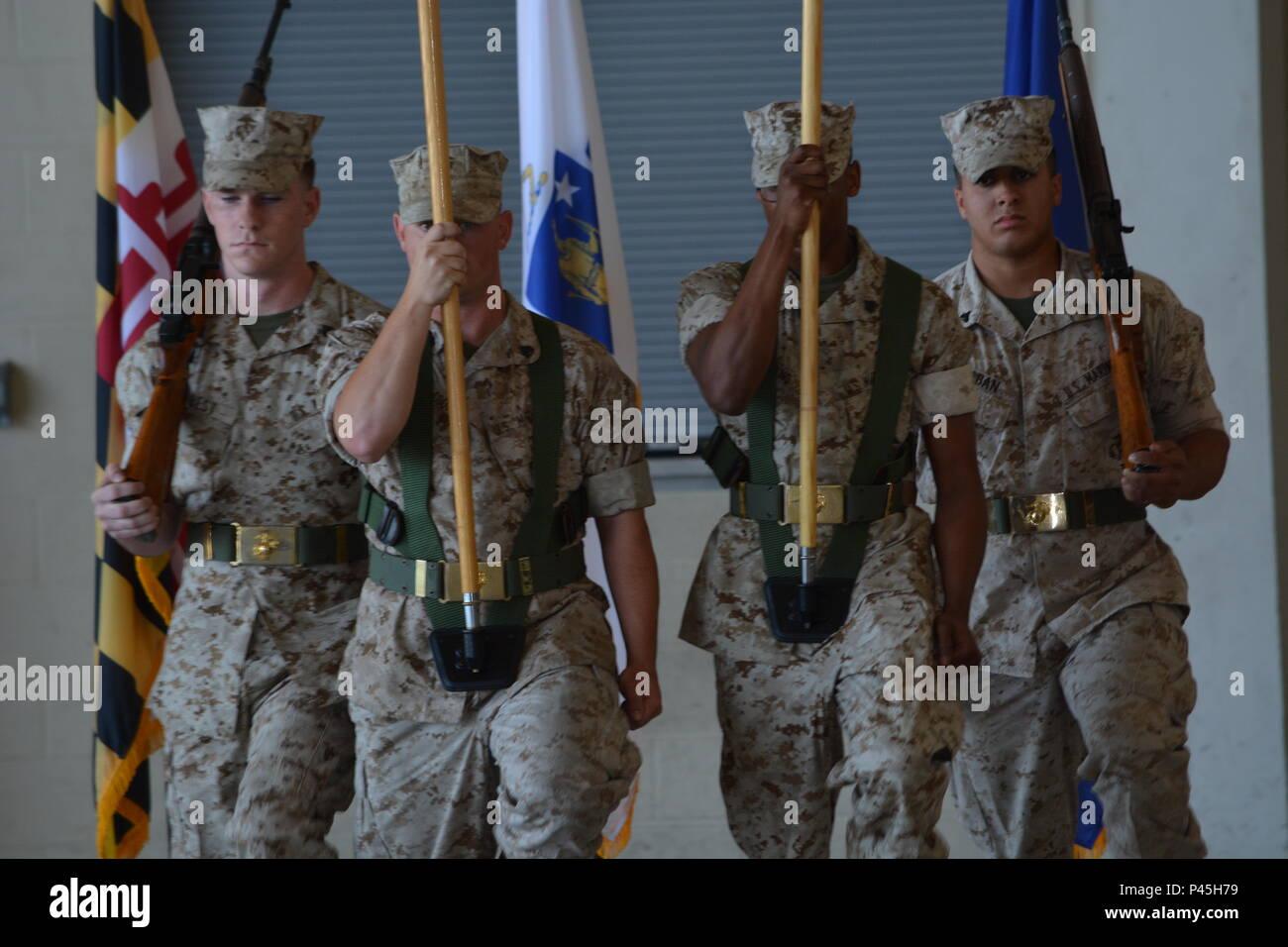 Die Ehrengarde Beiträge die Farben während der Deaktivierung der Marine Flugzeuge Gruppe - 49 Detachment Alpha und Konsolidierung der Marine Light Attack helicopter Squadron 773 (minus) Zeremonien. Stockbild