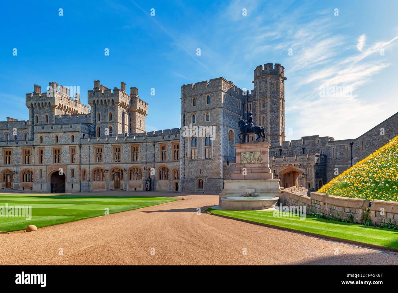 Gruppe von Gebäuden mit König Charles II Statue am oberen Ward und das Viereck von Windsor Castle, eine königliche Residenz im Windsor in Großbritannien Stockbild