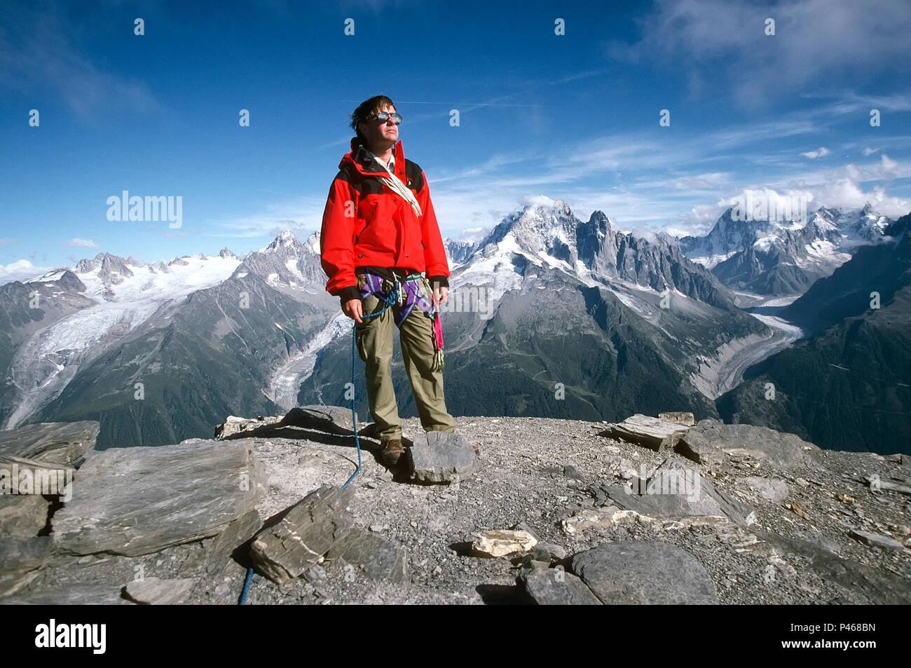 Ein Bergsteiger auf dem Gipfel der Aiguille de la Belvedere in den Alpen von Chamonix, Frankreich Stockbild