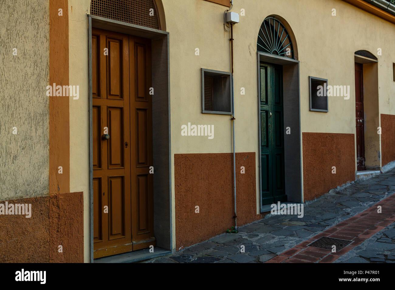 3 verschiedene alte Haustüren Linie einen ruhigen Schrägen Durchgang, Manarola, Cinque Terre Stockbild
